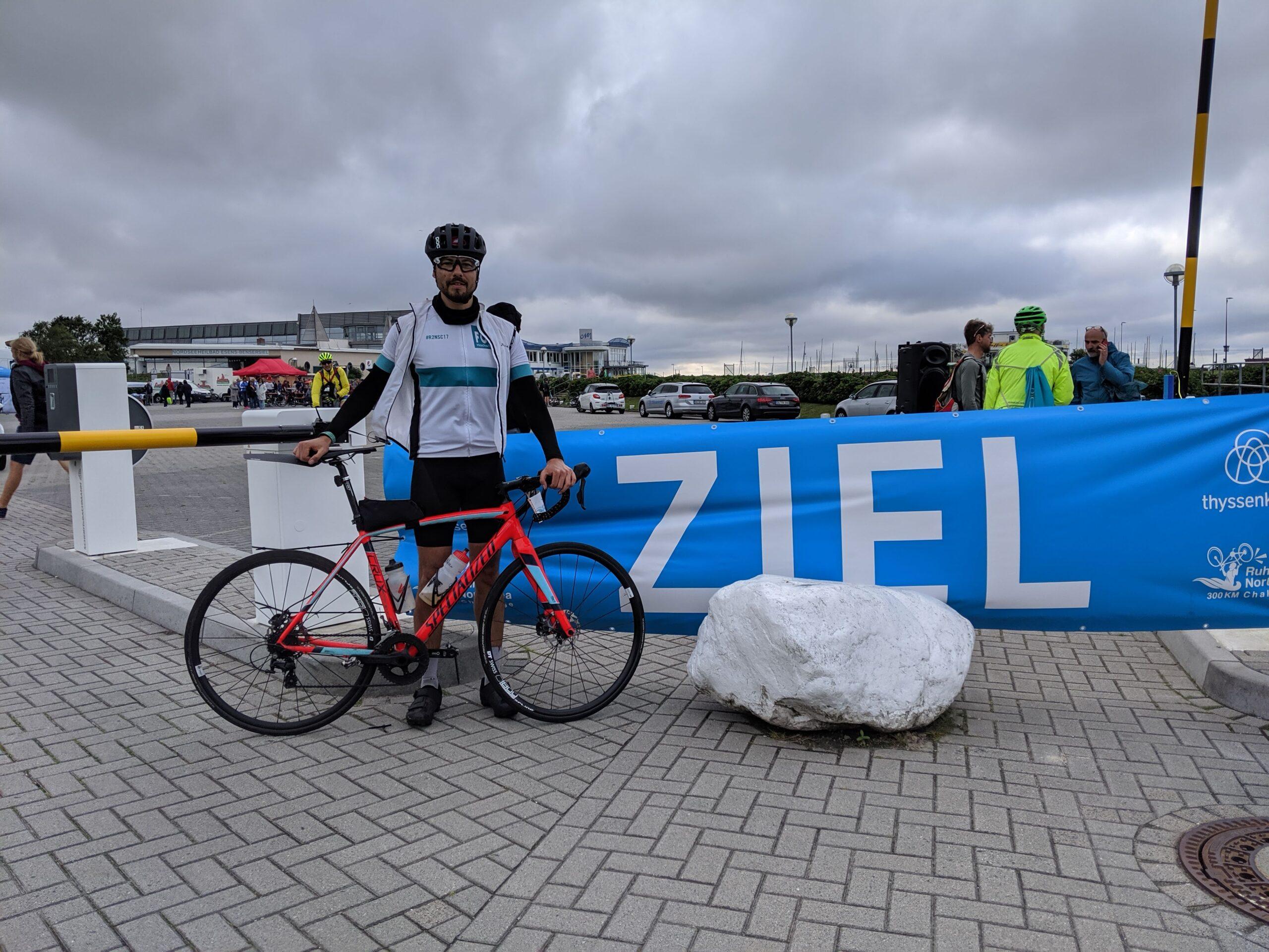 Ein Foto am Ziel-Banner im Fährhafen Bensersiel musste schon sein.