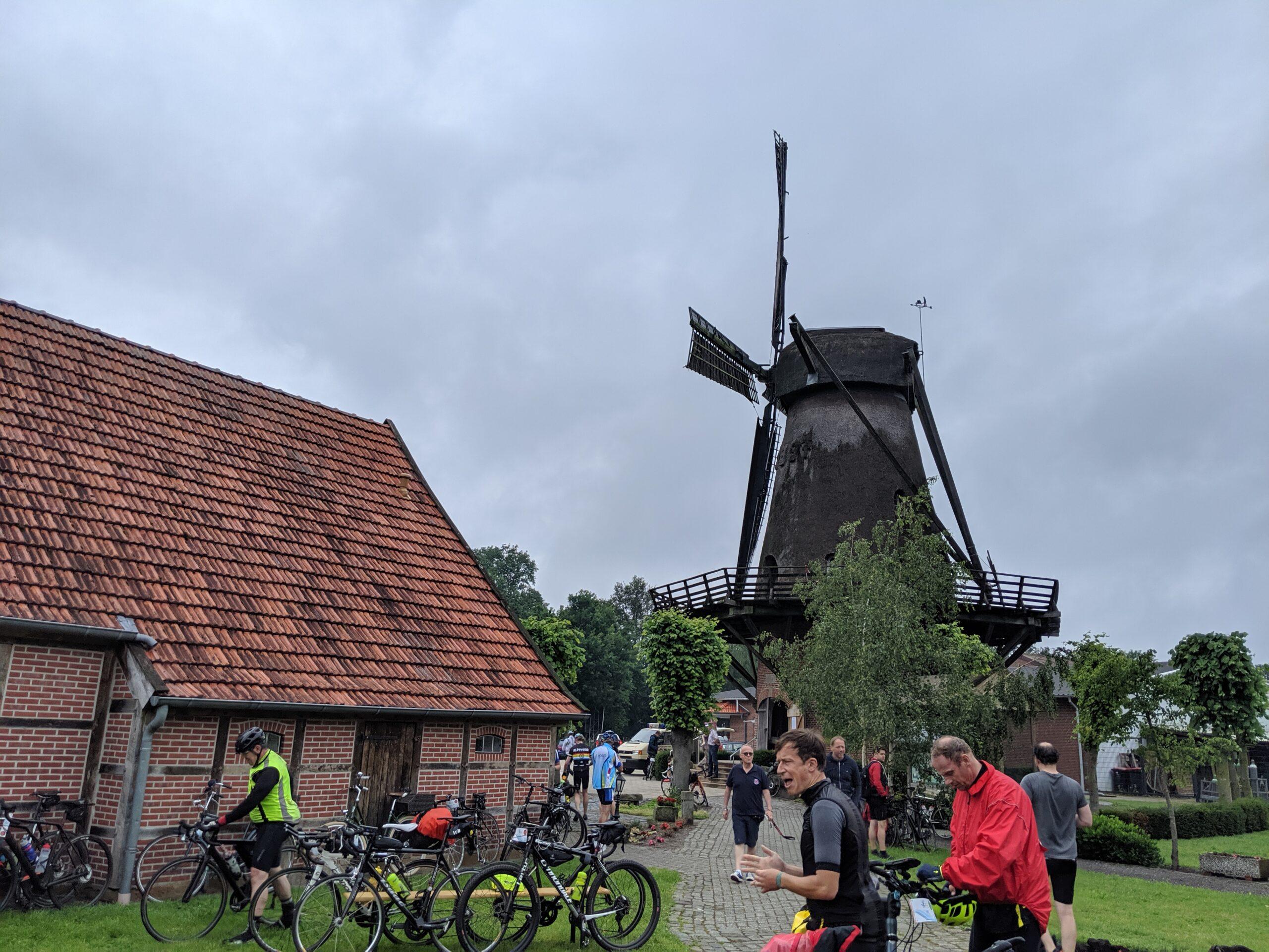 Blick auf die Georgsdorfer Mühle von der Wiese aus.